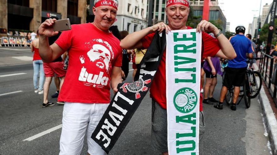 Defensores del expresidente Lula marchan en Sao Paulo para pedir su libertad