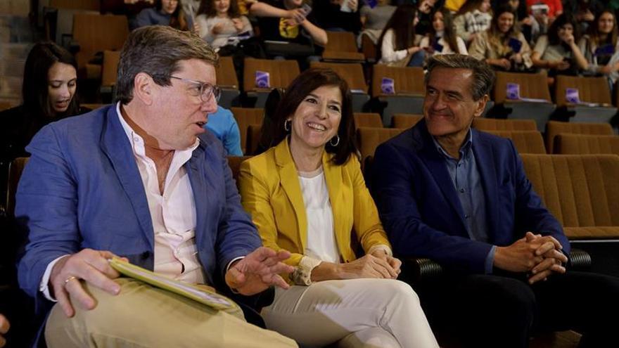 Los eurodiputados Gabriel Mato (i), Izaskun Bilbao (c) y Juan Fernando López Aguilar (d) en un debate sobre cuestiones que afectan a Canarias dentro de la UE.