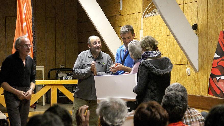 Momento de la entrega del cuadro de Rainier Munch del pintor Pele Torres a la mujer y la hija del escalador.
