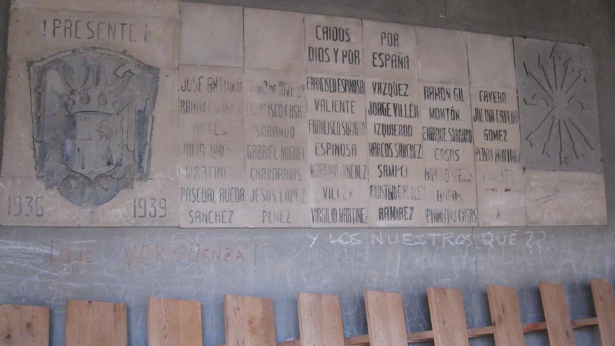 """Placa """"por los caídos"""" en Orihuela del Tremedal."""