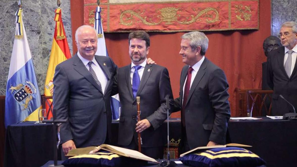 Ricardo Melchior y Aurelio Abreu agasajan a Carlos Alonso el día del relevo en la Presidencia del Cabildo de Tenerife.