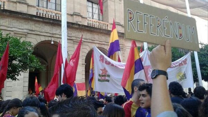 Manifestación en Sevilla en la Plaza Nueva pidiendo el referendum