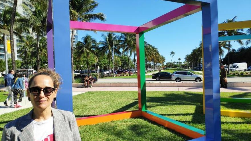 """Una de las curadoras de la exposición """"Disruptions"""", la argentina Florencia Battiti, posa este martes frente a la escultura """"Intemperie"""" (2019) de la artista Graciela Hasper, en el parque Collins de Miami Beach, Florida (EE.UU)."""