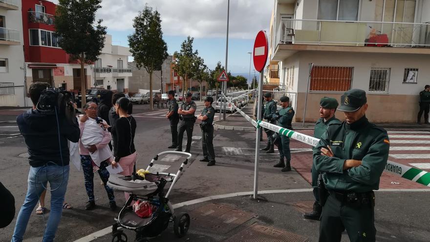 Cinturón de seguridad de la Guardia Civil, esta mañana en San Isidro (Granadilla), por delante del edificio desalojado