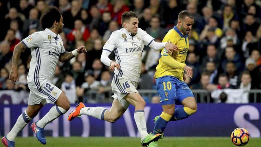 El delantero de la UD Las Palmas Jesé Rodríguez (d) se escapa del croata Mateo Kovacic (c), del Real Madrid, durante el encuentro correspondiente a la jornada 25 de Primera División en el estadio Santiago Bernabéu, en Madrid. EFE/JuanJo Martín