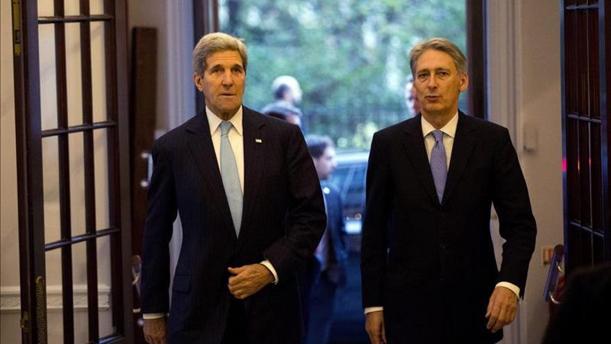 Hammond aborda con Kerry las negociaciones con Irán y Rusia