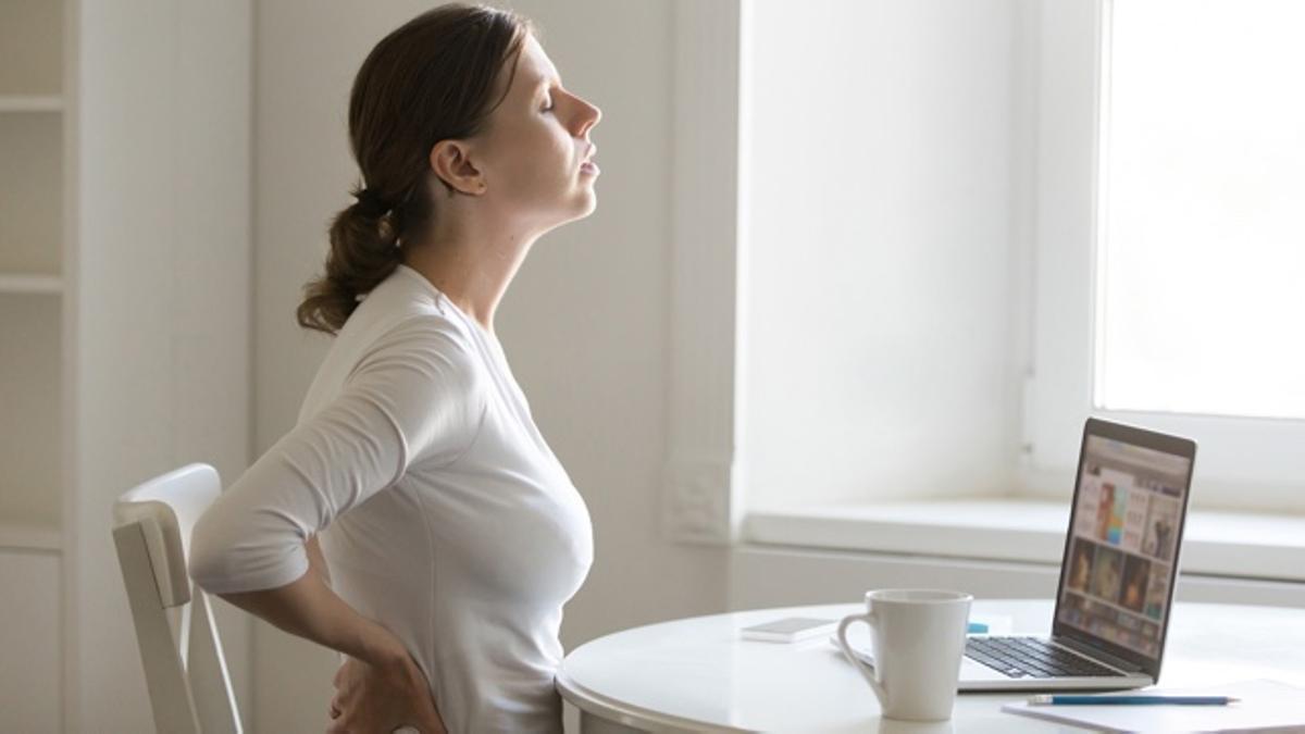 Sentarse bien es fundamental para evitar dolores de espalda cuando pasamos muchas horas frente al ordenador