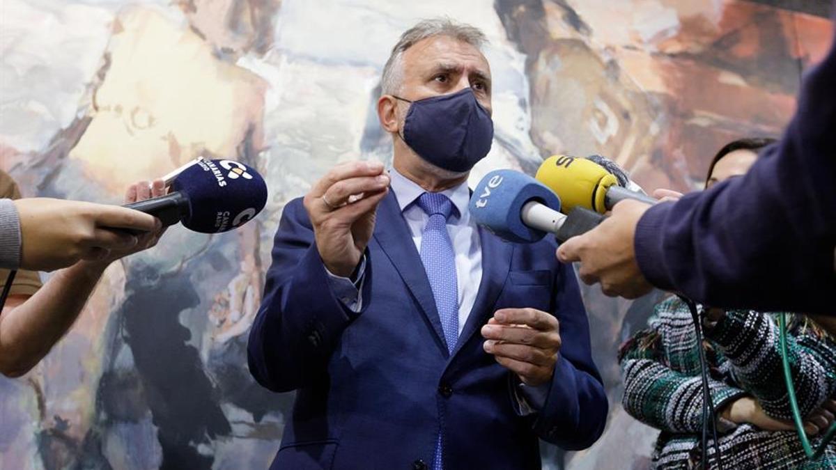Ángel Víctor Torres atiende a los periodistas el pasado jueves