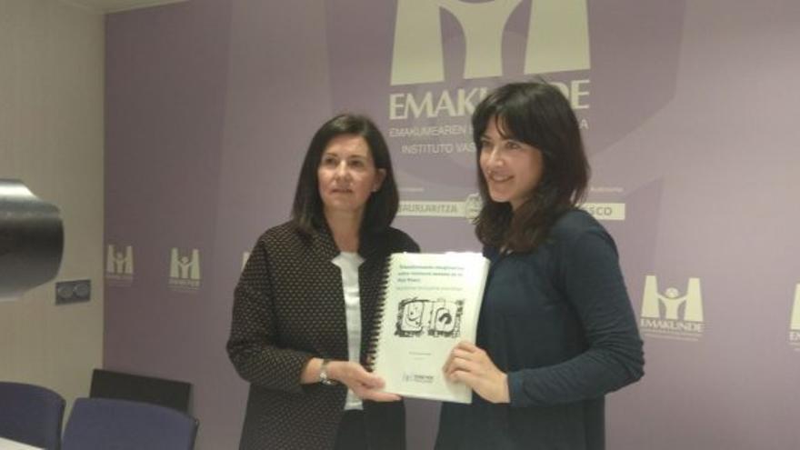 La directora de Emakunde, Izaskun Landaida Larizgoitia, junto a la investigadora Tania Martínez Portugal