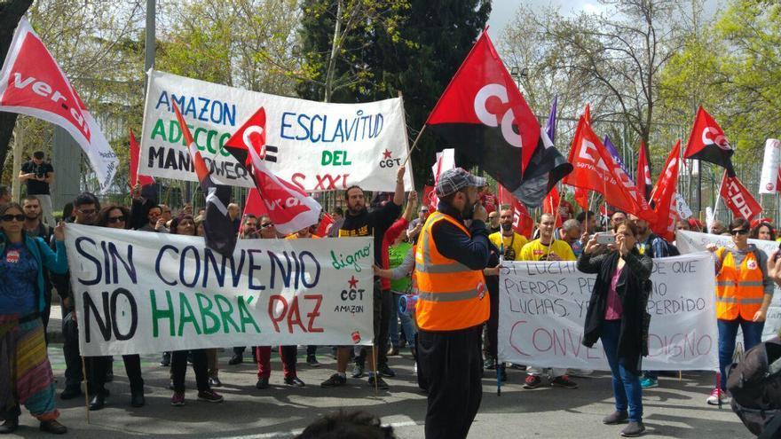 Trabajadores del centro logístico de San Fernando (Madrid) se manifiestan ante las puertas de la sede central de Amazon en España, este 20 de abril de 2018.