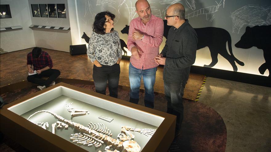 Helena Bonet y Alfred Sanchis junto a Xavier Rus en el Museu de Prehistòria de Valencia