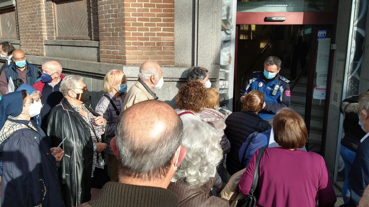 Policía pasa lista a los citados para vacunarse en la entrada del centro de salud de Eloy Gonzalo