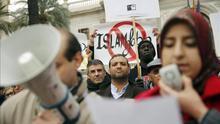 Imagen de archivo. Concentración de entidades sociales, culturales y religiosas contra la islamofobia en Valencia.