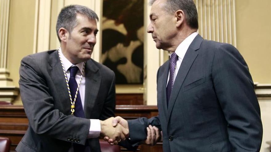 Paulino Rivero (d) saluda al candidato Fernando Clavijo. (Efe/Cristóbal García).
