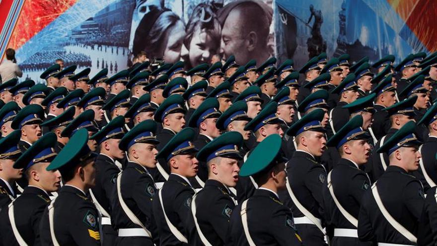 Más de 10.000 militares marchan por la Plaza Roja de Moscú