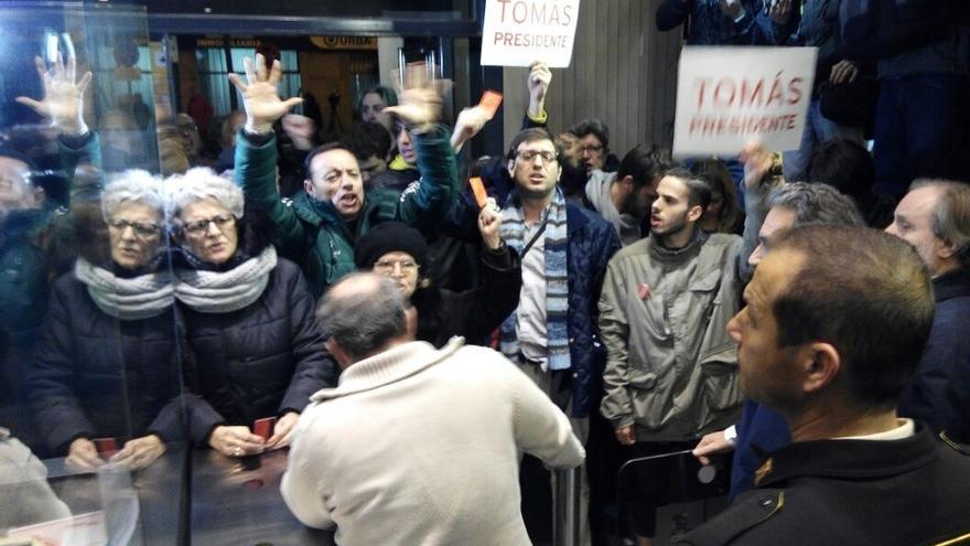Un centenar de militantes irrumpe en la sede de Ferraz al grito de 'Somos socialistas' y llegan a las manos