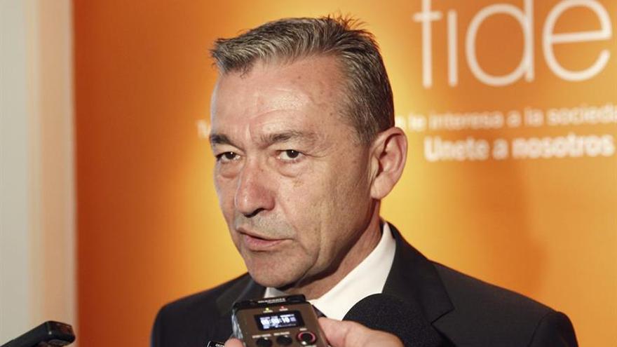 El presidente del Gobierno de Canarias, Paulino Rivero, asiste a un debate en la Fundación FIDE de Madrid sobre las prospecciones petrolíferas.