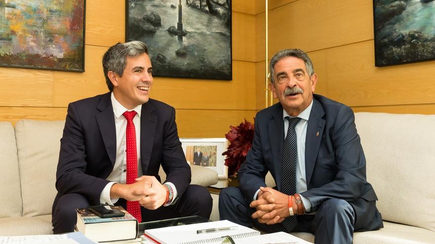 Pablo Zuloaga (PSOE) y Miguel Ángel Revilla (PRC) en una reunión la pasada legislatura.   ARCHIVO