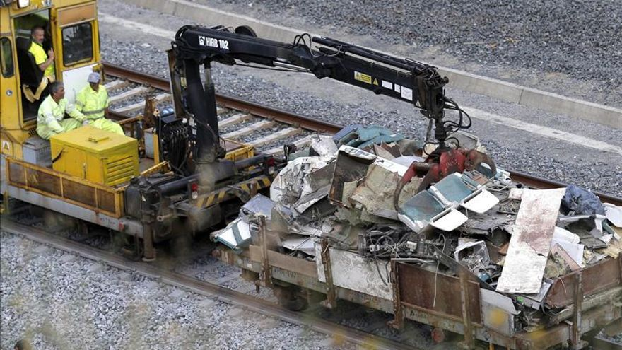 Los equipos retiran los restos del tren accidentado.