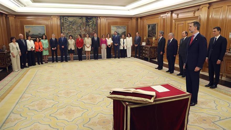 Los nuevos ministros esperan para prometer su cargo ante el rey Felipe VI.