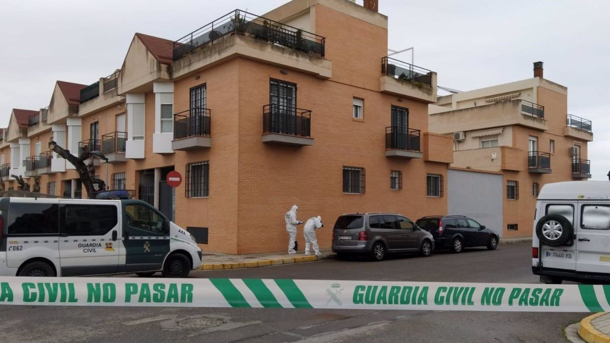 Agentes de la Guardia Civil analizan el lugar de los hechos en Massamagrell.