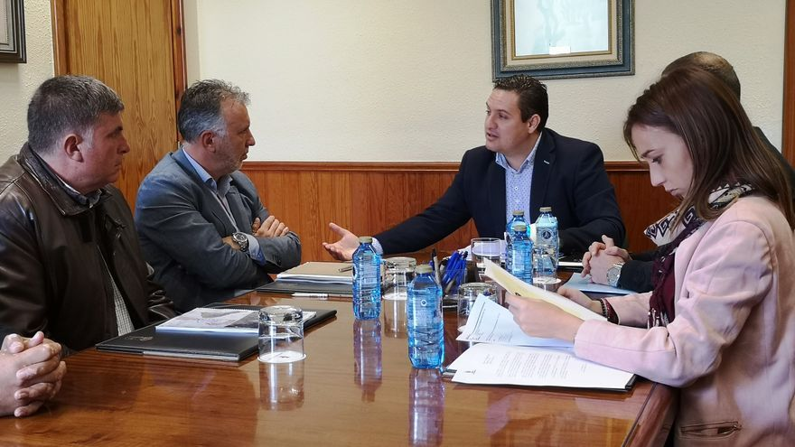 Ángel Víctor Torres, secretario regional del PSOE (centro-izquierda), en la reunión con el alcalde José Julián Mena (centro), en Arona