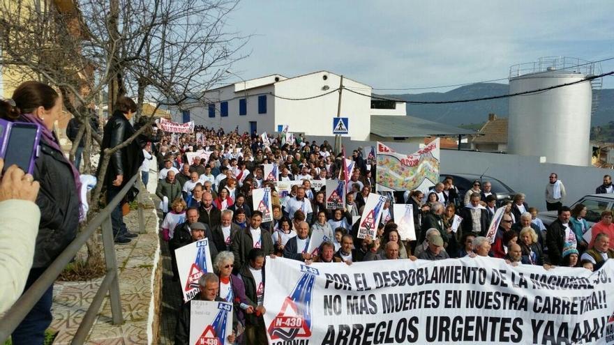 """Cerca de 3.000 personas cortan la N-430 en Puebla de Don Rodrigo (Ciudad Real) pidiendo una """"Nacional digna y segura"""""""