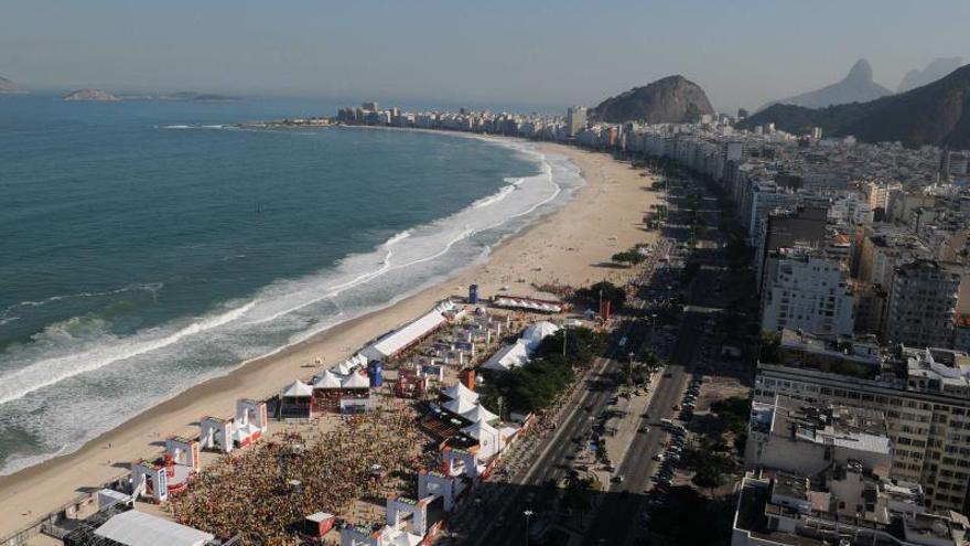 Río hace una montaña con basura de sus playas para concienciar a la población