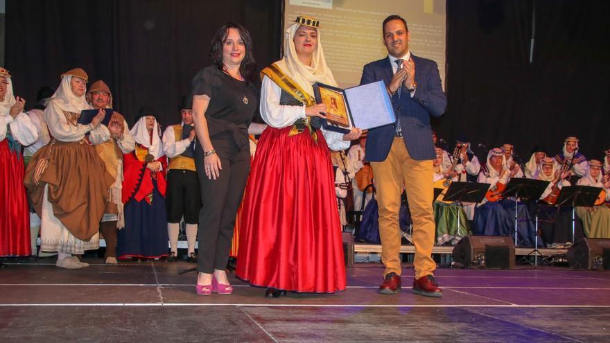 Patricia Ayut y Jonathan Felipe entregan un detalla a una representante de Aduares.
