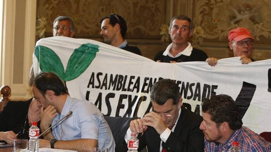 """La Asamble protestó en el Pleno por la """"especulación"""" con los terrenos de Las Excavadas.   @CJC_Cantabria"""