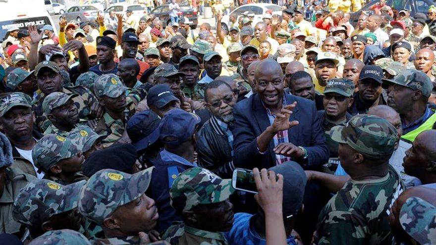 Miembros del partido del presidente de Sudáfrica exigen su dimisión