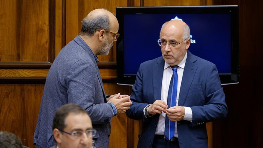 Antonio Morales habla con Juan Manuel Brito en el pleno del pasado viernes. (FLICKR CABILDO GRAN CANARIA)