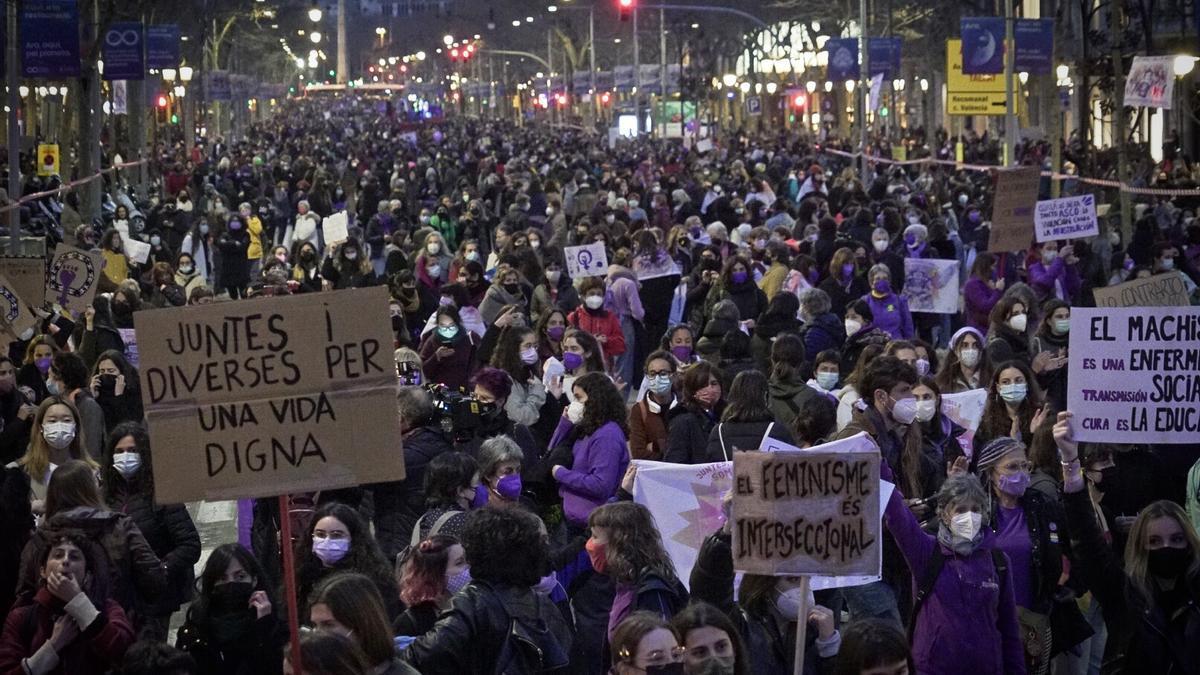 """El paseo de Gràcia de Barcelona, lleno de feministas para reivindicar """"una vida digna"""" para las mujeres"""