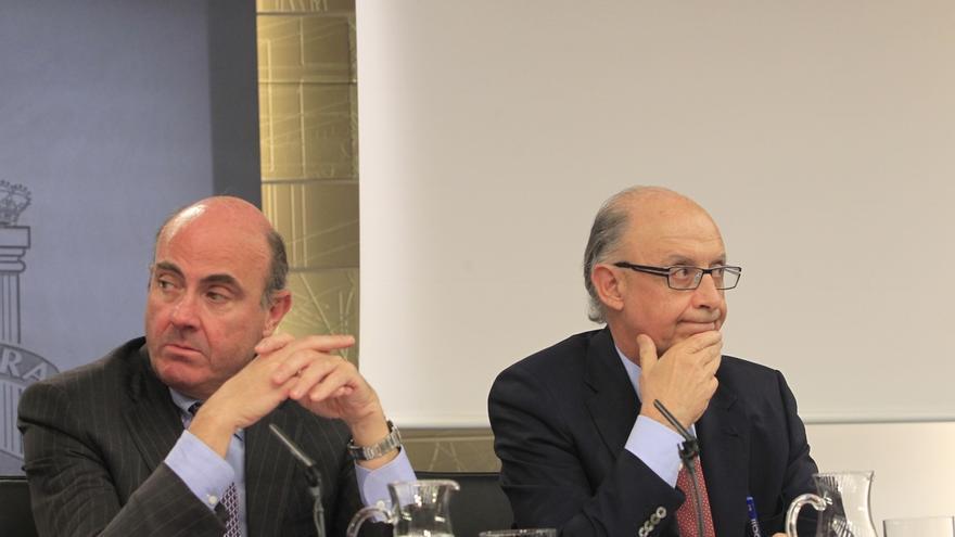 """De Guindos cree que """"el primer interesado"""" en que se resuelva la denuncia de Aznar es Montoro"""
