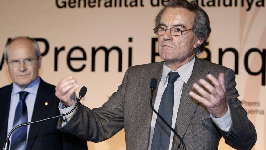 El catedrático de Derecho Constitucional Javier Pérez Royo (d), que recibió el premio Blanquerna de la Generalitat de Cataluña, durante su intervención en el acto, hoy en Madrid, al que asistió el presidente del Gobierno autonómico catalán, José Montilla.