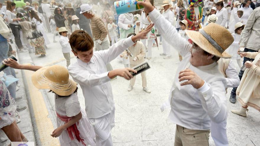 Los Indianitos, en el marco del Carnaval de Santa Cruz de La Palma, han pedido disfrutar este domingo con la genuina y alegre parodia  hecha a su medida que rememora  el retorno de los palmeros que emigraron a Cuba.