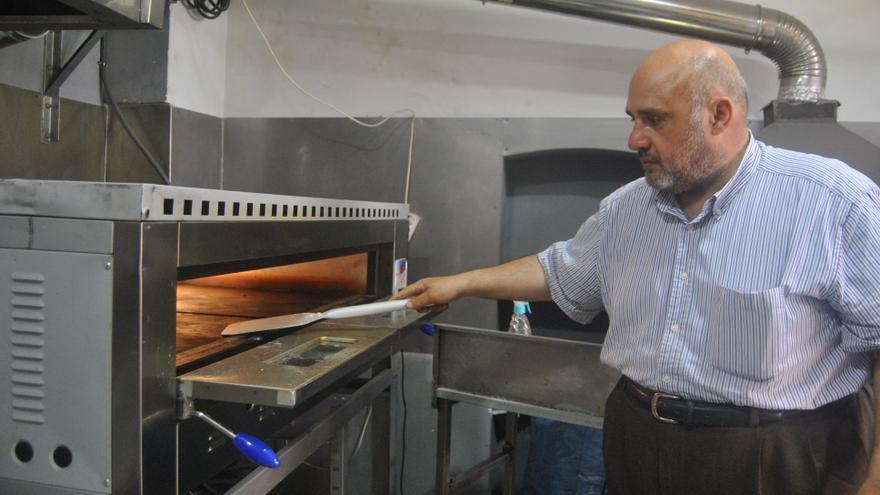Labib en su local de comida árabe en el barrio de Tetúan.