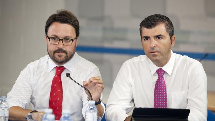 El secretario general del Partido Popular en Canarias, Asier Antona (i), y el presidente del PP en Tenerife, Manuel Domínguez,en una rueda de prensa. EFE/Ramón de la Rocha