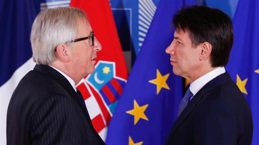 El primer ministro italiano, Giuseppe Conte, y el presidente de la Comisión Europea, Jean-Claude Juncker.