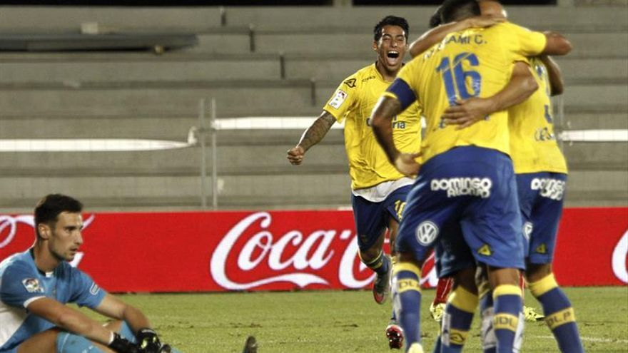 Los jugadores de la UD Las Palmas celebran el segundo gol ante el Sevilla, durante el encuentro correspondiente a la quinta joranda de Liga en Primera División disputado en el Estadio de Gran Canaria. (EFE/Ángel Medina G).
