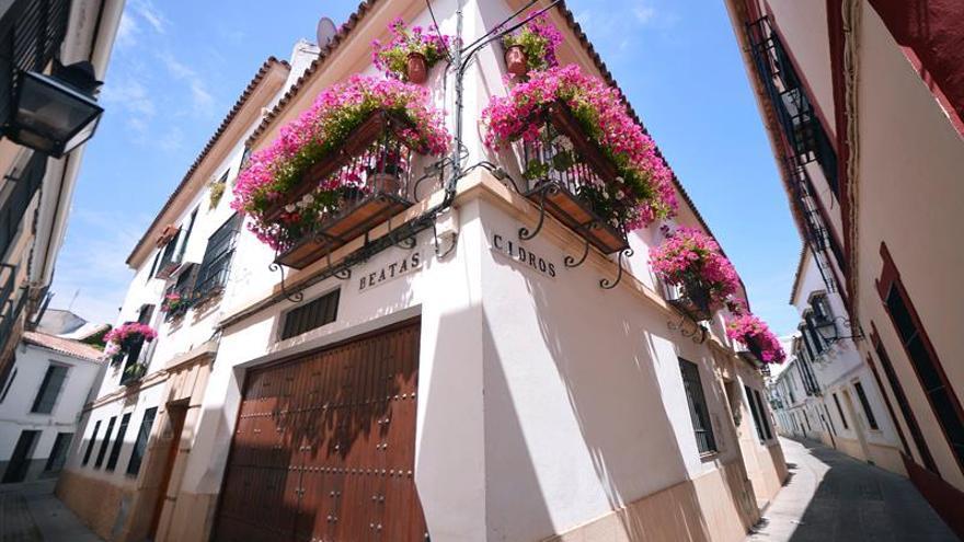 Córdoba también llena de flores sus rejas y balcones