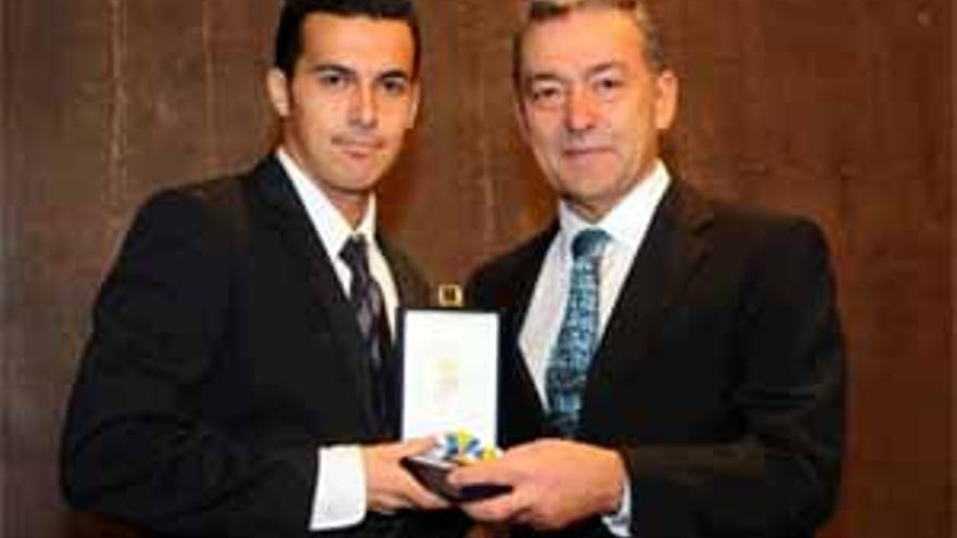 El presidente del Gobierno de Canarias, Paulino Rivero, hace entrega de la Medalla de Oro de Canarias al deportista Pedro Rodríguez Ledesma. (ACFI PRESS)