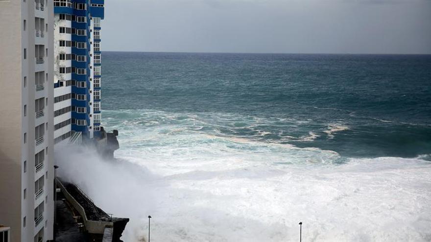 Edificio de Mesa del Mar afectado por el oleaje