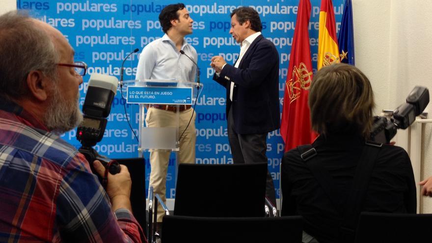 Pablo Zalba y Carlos Floriano charlan en la sede del PP en Pamplona.