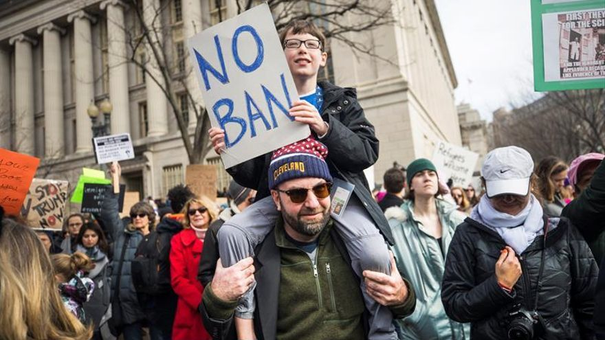 Miles de personas protestan por las medidas migratorias del presidente Trump, frente a la Casa Blanca en Washington.