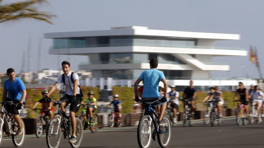 Miles de ciclistas toman Valencia para animar a utilizar este transporte