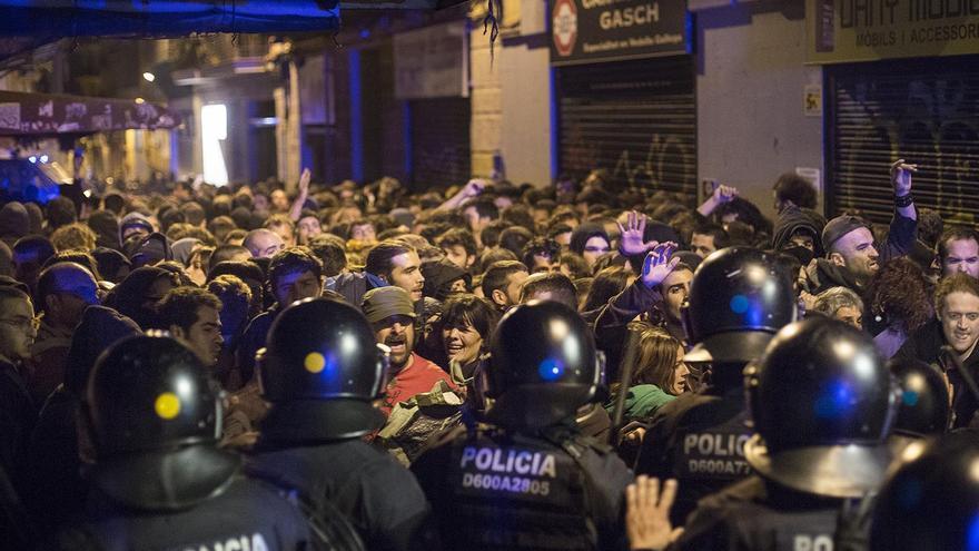 Carga policial en una calle próxima al Banc Expropiat