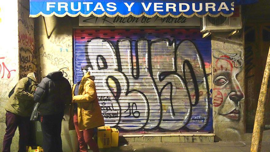 Grafiteros en acción tras el Pinta Malasaña. Foto cedida por Rockhastalas6