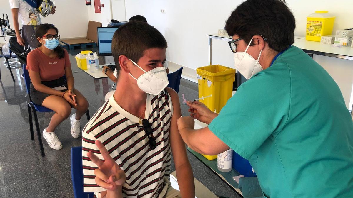 Comienza la vacunación a los mayores de 12 años en Canarias