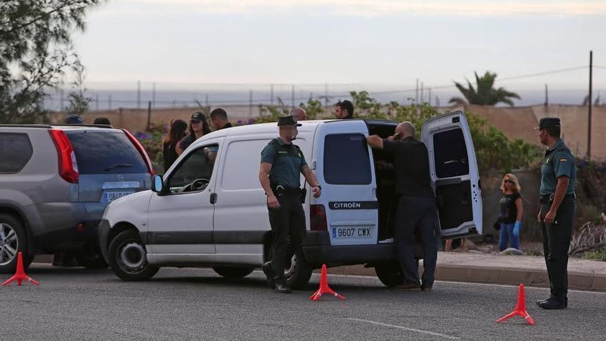 La Guardia Civil trabaja en la zona donde se hallaron los restos. (ALEJANDRO RAMOS)